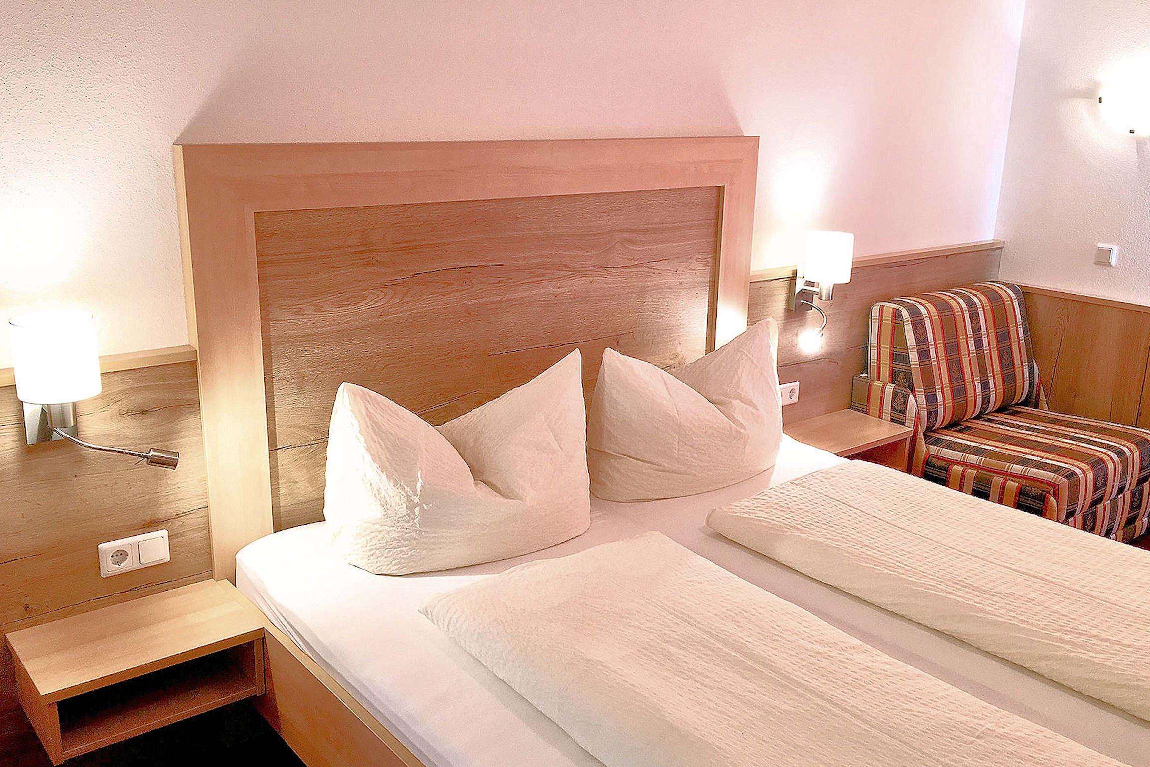 Gemütlich eingerichtetes Schlafzimmer mit Schlafsofa
