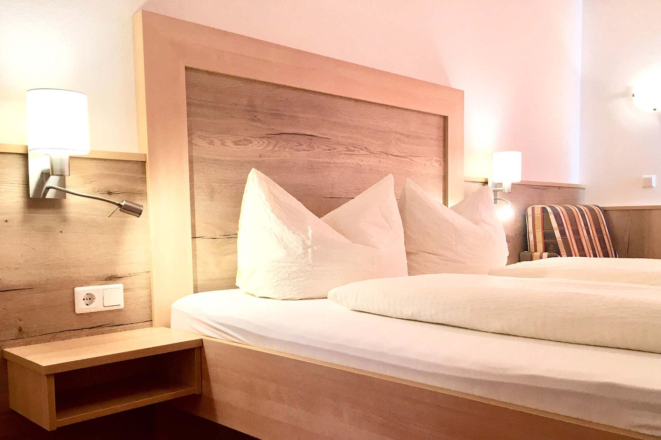 Gemütlich eingerichtetes Schlafzimmer am Hainzenberg